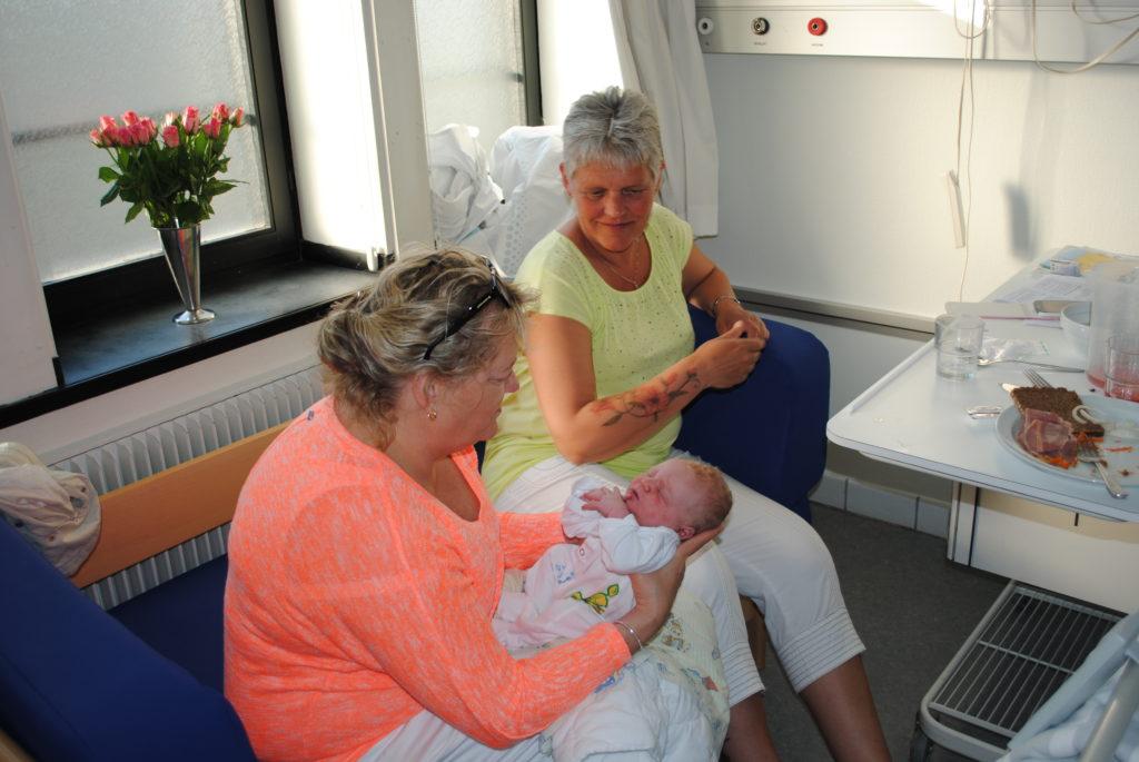 Mormor og farmor kigger med stolthed på næste generation.